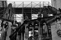 4 -  Reims - Cathédrale Notre-Dame - Traverser le temps... (melina1965) Tags: reims marne grandest octobre october 2017 nikon d80 noiretblanc blackandwhite bw macro macros sculpture sculptures statue statues église églises church churches façade façades échafaudage échafaudages scaffolding scaffoldings travail travaux work works