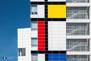 Mondriaankleuren op gevel stadhuis van Den Haag