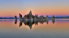 Sunset at Mono Lake, California (W_von_S) Tags: monolake see salzsee natronsee sierranevada leevining california kalifornien usa us america amerika vereinigtestaaten unitedstates southwest südwesten landschaft landscape panorama paysage paesaggio lake sunset sonnenuntergang licht light farben colorful spiegelung reflections reflection kalktuff tufa tufatowers southtufa natur nature autumn herbst november 2017 wasser water tuffsteingebilde rocks felsen sony alpha7rm2