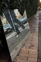 Zerbrochener Spiegel (02) (Rüdiger Stehn) Tags: kielblücherplatz 2000s mitteleuropa norddeutschland europa deutschland schleswigholstein canoneos550d bauwerk gebäude kiel 2000er 2017 stadt germany strase rüdigerstehn menschen leute bürgersteig spiegel