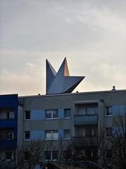 1998 Berlin Blitz des Reconaissance-Ensembles von Mindaugas Navakas Stahl Zossener Straße 9-17 im Quartier Alte Hellersdorfer Straße in 12629 Hellersdorf (Bergfels) Tags: skulpturenführer bergfels 1998 1990er 20jh nach1989 berlin reconaissance obelisk blitz vase mindaugasnavakas mnavakas navakas stahl zossenerstrase quartieraltehellersdorferstrase l33 landsbergerchaussee 12629 hellersdorf skulptur plastik dachskulptur beschriftet