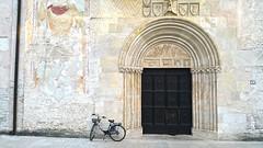 SPILIMBERGO. IL DUOMO (FRANCO600D) Tags: spilimbergo muro chiesa duomo duomodisantamariamaggiore portale portamoresca fvg friuli friuliveneziagiulia culto religione fede bici bicicletta smartphone samsung note4 franco600d