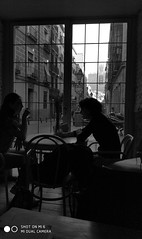 Voyeur #4 (El_Turista_Accidental (The_Accidental_Tourist)) Tags: espanha españa espagne espanya europa europe spain spanien smartphone blancoynegro byn blackandwhite bw bn backlight cellphone cellular celular contraluz mobile mobilephone móvil madrid mobil monocromo incoloro otoño autumn ciudad city urban urbano metropoli xiaomi mi6 noiretblanc