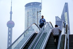 (dosadosa) Tags: shanghai china lujiazui pudong street streetphotography skyline blue urban city cityscape architecture pearltower orientalpearl escalator cctv people
