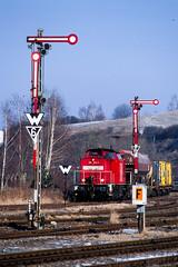 2006/03/07   298 054   Wünschendorf   DE (Andreas Herold) Tags: wünschendorfelster thüringen deutschland br298 brv100 bahn bahnhof baureihe298 baureihev100 cargobahn db deutschebahn diesellok eisenbahn fm3a formhauptsignal formsignal germany güterzug lokomotive nikonfm3a v100 velvia velvia100 zug class298 classv100 dieselloco freighttrain locomotive railroad railway semaphore station train