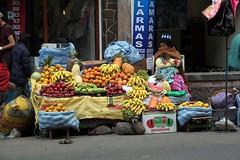 2017-12-07_01-24-56 (nouailleric) Tags: bolivie bolivia lapaz cityscape city capitale canon eos500d efs18135mm voyage ville vacances travel amériquelatine amériquedusud latineamerica southamerica cordillère commerce commerçante vendeuse rue fruits couleurs coloré colors étalage