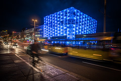 Evening Lights and the Ars Electronica Center (Ars Electronica) Tags: evening arselectronicacenter night nacht abend led leds ledfassade ledfacade urban städtisch stadt town city movement bewegung blur lights lichter traffic verkehr radfahrer bicycle bike riding cars blue blau linz 2017 art technology society science kunst technologie gesellschaft wissenschaft