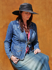 La Fille Cardinale :-) (Thierry.Vaye) Tags: fanny lafilledelouest ocre bleu femme woman chapeau hat