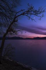 kurz nach Sonnenuntergang (louhma) Tags: nikon d750 bavaria seebruck chiemsee sonnenuntergang sunrise colorful moon lake evening outdoor wasser water natur deutschland
