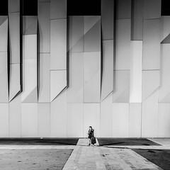 Elle marche seule. (francis_bellin) Tags: aixenprovence provence sud 2017 noiretblanc novembre graphique conservatoiredariusmilhaud aix soir