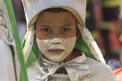 Le regard profond d'un petit garçon (Rosca75) Tags: carnaval carnavaldebarranquilla barranquilla colombia colombie people lifestylephotography streetphotography portrait portraiture young boy