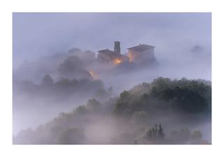Laino arteko egunsentia (Dawn between mists)