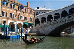 Góndola en Venecia (Italia, 17-6-2017) (Juanje Orío) Tags: 2017 venecia venezia italia italy puente bridge góndola barco boat ship agua water patrimoniodelahumanidad worldheritage