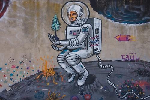 Kosmonauta na murze dawnego więzienia w Łęczycy