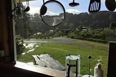 Ausblick aus der Küche auf den nassen Garten. Das Wetter hat mal wieder rumgesponnen.