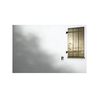 Closed window.  ( Latasa )
