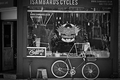 Isambards cycles (fastwreck) Tags: shoreditch blackandwhite bricklane bikers nikon1 j5 32mmlens 32mmf12 eastend bicycles monochrome wheel people bike