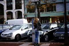 parking@Königsalle, Düsseldorf (Amselchen) Tags: streetphotogrphy kö düsseldorf germany parking cars people girl bokeh blur dof depthoffield sony a7 alpha7 zeiss carlzeiss sonnar sonnart1855 sonnar5518za fe55mmf18za sonyilce7