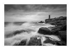 Incoming Wave (jos.pannekoek) Tags: lepharemeanruz lighthouse rocks cotegranitrose france frankrijk d500 tokina1116mmf28 tokinaaf1116mmf28 tokina nikon landscape landschap