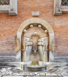 La fontana dei LIBRI 📚 è situata entro una nicchia coronata da un arco a tutto sesto e presenta una testa di cervo (simbolo rionale di S.Eustachio) fra quattro libri antichI.
