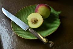 Peaches (Márcia Valle) Tags: stilllife naturezamorta interior home emcasa cornersofmyhome minasgerais brasil still márciavalle nikon d5100 fruits peaches pêssegos frutas faca knife