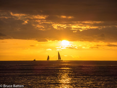 171208 Honolulu-05.jpg (Bruce Batten) Tags: usa glitter northpacificocean sunsets crepuscularrays subjects reflections cloudssky atmosphericphenomena boats hawaii sun locations trips occasions celestialobjects vehicles oceansbeaches businessresearchtrips honolulu unitedstates us