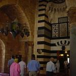 Tripolis (Trablous), Mitreisende im Eingangsbereich der Mosche mit Stalagtitendekoration thumbnail