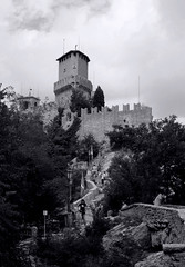 République de Saint Marin (Laetitia de Lyon) Tags: nikone5200 saintmarin république sanmarino noiretblanc nb blackandwhite bnw bw monochrome monochromatic remparts fortification tour tower