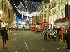 20171124T17-44-56Z-_B247413 (fitzrovialitter) Tags: masshysteria terrorismscare westend oxfordstreet oxfordcircus friday november24 afternoon panic police shops blackfriday crowds stampede peterfoster fitzrovialitter flytipping urban street environment london streetphotography documentary authenticstreet reportage photojournalism editorial captureone littergram exiftool olympusem1markii voigtländer175mmf095 cosina nokton