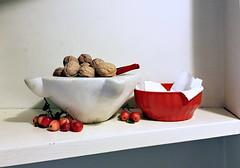 Noci e meline selvatiche (Aellevì) Tags: malusredsentinel mortaio zuppiera schiaccianoci mensola meleornamentali naturamorta stilllife rosso bianco aellevì contenitore