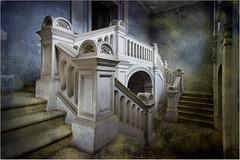 L'escalier (Briren22) Tags: palais escalier urbex abandonné architecture intérieur