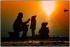 P1010061a (fotokunst_kunstfoto) Tags: stimmung abendstimmung mood silhouette fütterung feeding familie family emotions allxpressus silhouett silhouetten schattenbilder umriss kontur konturen schattenriss