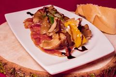 Pub Chapa's - Salteado de shiitake con cebolla y pimiento tricolor sobre crujiente de jamón