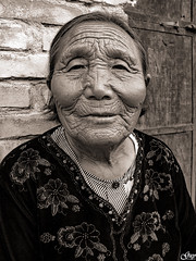 Grand age and serenity... (Guy World Citizen) Tags: ngc old woman serenity smile retrato face street grandma china