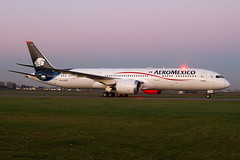 XA-ADD, Boeing 787-9 Dreamliner, Aeromexico during  blue hour (Freek Blokzijl) Tags: aeromexico boeing787 dreamliner dawn bluehour night planespotting arrival taxiwayv taxien amsterdamairport schiphol eham 7879 canon sigma taxiway
