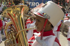 Le joueur de trombone (Rosca75) Tags: carnaval carnavaldebarranquilla barranquilla colombia colombie people lifestylephotography streetphotography child children niños portrait portraiture boy