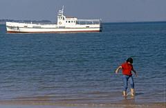 Encore un peu froide (maxguitare1) Tags: bateau barco boat mer océan mar sea femme mujer donna woman eau agua acqua water france