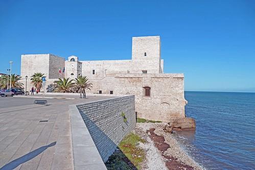 Italie, au bord de mer le Castello Souabe dans Trani