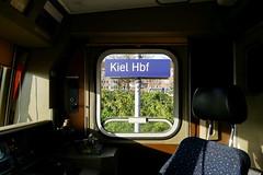 P1410598 (Lumixfan68) Tags: kiel hbf bahnhöfe bahnhofsschild führerstand baureihe 143 seitenfenster