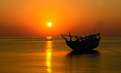 Omani Dhow at Sunset - Masirah Island, Oman (Dunstan Fernando) Tags: sea sunset boat dunstan dunstanphotography d7000 masirahisland masirahislandoman nature nikon nikkor oman outdoor dhow omanidhow dhowatsunset golden goldenlight