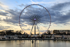 Crépuscule sur la grande roue // Dusk on the big wheel (erichudson78) Tags: france iledefrance paris1er jardindestuileries canoneos6d canonef24105mmf4lisusm longexposure poselongue granderoue funfair ciel sky nuages clouds dusk crépuscule twilight circle cercle eau water parc park