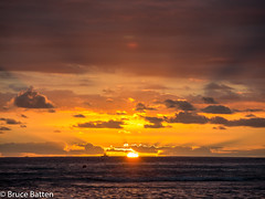 171208 Honolulu-09.jpg (Bruce Batten) Tags: usa glitter northpacificocean sunsets crepuscularrays subjects reflections cloudssky atmosphericphenomena boats hawaii sun locations trips occasions celestialobjects vehicles oceansbeaches businessresearchtrips honolulu unitedstates us