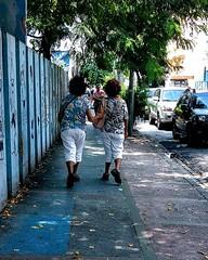 sempre iguais, sempre diferentes (luyunes) Tags: igual diferente mulher gêmeos streetscene streetphoto fotoderua fotografiaderua motoz luciayunes cenaderua