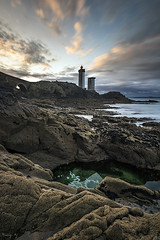 Phare du Minou (Tony N.) Tags: france bretagne finistère plouzané phareduminou phare lighthouse rochers rocks morning matin sunrise sky ciel nuages poselongue longexposure seascape seashore sea d810 vanguard nd64 tonyn tonynunkovics