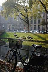 bike@Kö, Düesseldorf 14 (Amselchen) Tags: bicycle water trees light shadow bokeh blur dof depthoffield kö düsseldorf germany sony a7 alpha7 sonyilce7 zeiss carlzeiss sonnar sonnart1855 fe55mmf18za sonnar5518za