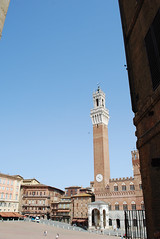 Siena - Piazza del Campo (DameBoudicca) Tags: italy italien italia italie イタリア siena シエーナ torredelmangia palazzopubblico piazzadelcampo medeltiden middleages medioevo medieval edadmedia moyenâge mittelalter 中世 tower torn turm torre tour 塔 townsquare torg platz place plaza piazza 広場