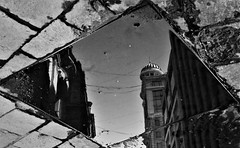 Nueva York en las calles de Santiago de Chile (Mario Rivera Cayupi) Tags: bw callenuevayork newyorkstreet urbano urban city ciudad reflejo reflex sigma30mmf14art blancoynegro canon80d santiagodechile blackandwhite streetphotography fotografíadecalle fotografíacallejera streetphotographyinchile