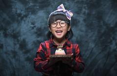 20171211 3/365 (直髮盧女士與捲毛壞脾氣小姐) Tags: 咪比 365 成長紀錄 child children girl kids mibi happybirthday cake