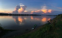 Sunset over the Mekong in Phon Phisai 2017-11-18 (SierraSunrise) Tags: sunset thailand phonphisai nongkhai mekong mekongriver rivers water reflections clouds weather boats transportation