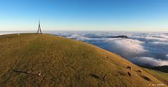 En la cruz de Gorbea (1.475 m) (Jabi Artaraz) Tags: jabiartaraz jartaraz zb euskoflickr gorbea lekanda nature yeguas pottokas potrillos bruma amanecer verde azul cielo hierba pradera